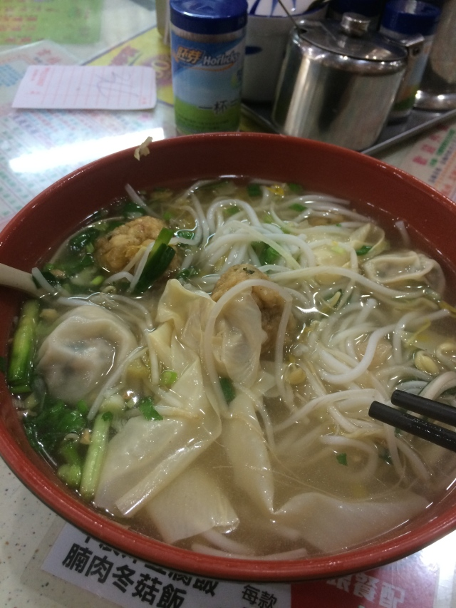 noodles with bean sprouts, onions, shrimp dumplings, and fish cakes
